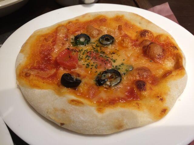 トマトとオリーブのピザの画像