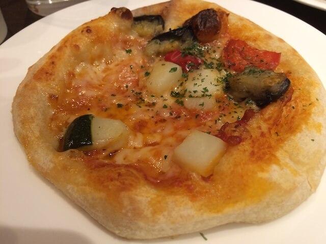 彩り野菜とモッツァレラのトマトピザの画像