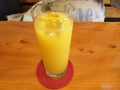 食後のオレンジジュースの画像